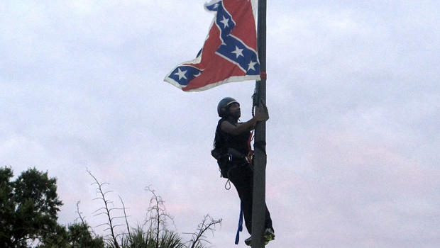 2015年6月27日,哥伦比亚州议会大厦前的邦联纪念碑上,Bree Newsome of Charlotte,N.C。攀登旗杆,以取消同盟军战旗。