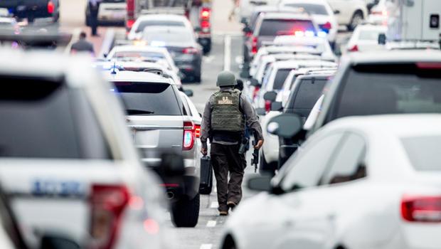 2015年7月2日,在华盛顿海军造船厂校园内发生一名持枪歹徒后,华盛顿东南部的M街聚集了大量警察。