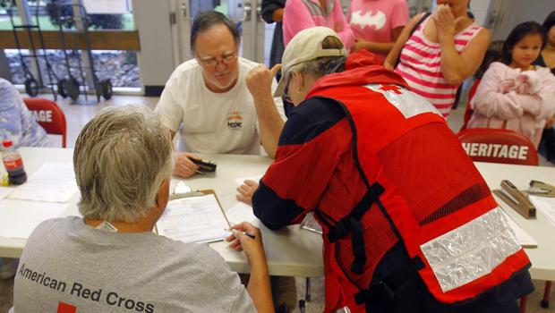 2015年7月2日,在田纳西州玛丽维尔附近发生火车脱轨后,Evacuee Nathan Worley得到了红十字志愿者的帮助。