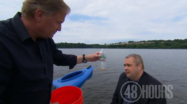 Peter Van Sant拿着一个瓶子,从皮划艇的排水塞开口排出的水量