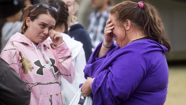 右边的Jill Vierra在2015年9月14日在加利福尼亚州卡利斯托加的Napa County Fairgrounds疏散中心与她的女儿Jazmin Reyes一起哭泣,她的女儿Jazmin Reyes失去了她的女儿Jazmin Reyes。