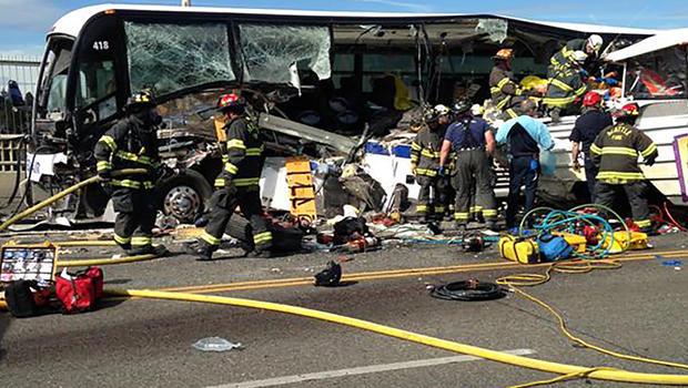 2015年9月24日,西雅图消防局在这张照片中,消防员在华盛顿州西雅图的奥罗拉大道桥上的公共汽车和旅游车发生碰撞后协助受害者。