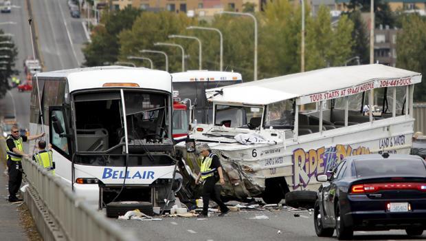 调查人员在2015年9月24日华盛顿州西雅图的奥罗拉大道桥上乘坐鸭子车和包机公共汽车之间的撞车现象。