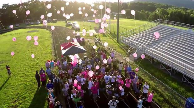 为了纪念Alexis Murphy,气球被释放