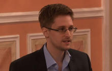 Snowden accepts award from ex-spies in Russia