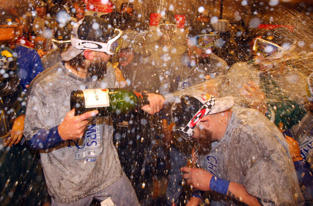 堪萨斯城皇家队中场外野手Jarrod Dyson在皇家队在纽约花旗球场举行的世界系列赛第5场比赛中击败纽约大都会队赢得系列赛,四场比赛