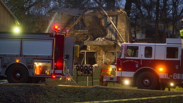 当局称,一架小型公务机于2015年11月10日在俄亥俄州阿克伦市的一栋公寓大楼内坠毁,现场消防员工作。