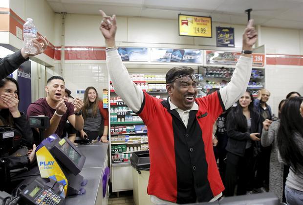 7-Eleven店员M. Faroqui在获奖后庆祝Powerball门票于2016年1月13日在加利福尼亚州奇诺岗工作的商店出售