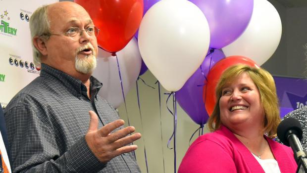 2016年1月15日,田纳西州芒福德市的强力球大奖联合冠军丽莎和约翰罗宾逊在田纳西州纳什维尔的田纳西州彩票总部对媒体发表讲话。