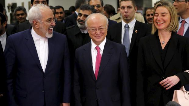 伊朗外交部长Mohammad Javad Zarif,左,国际原子能机构(IAEA)总干事天野之弥和欧盟外交与安全政策高级代表Federica Mogherini抵达美国