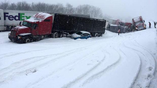 2016年2月13日,在宾夕法尼亚州中部的78号州际公路上发生大规模致命堆积后,工作人员开始工作。