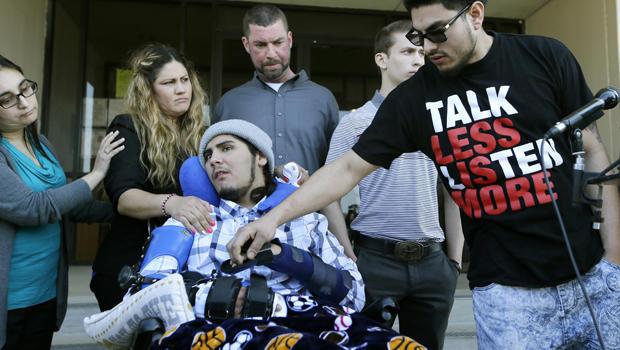 右边的Alex Lemus抓住他的兄弟Sergio Molina的手,他们与他们的母亲Maria Lemus,中间左边,Tim McLaughlin,中心和他的儿子Isaiah McLaughlin在2016年2月19日的Ethan Couch少年法庭听证会后,在得克萨斯州的沃思堡。 Sergio Molina和Isaiah McLaughlin在Couch引发的事故中受伤。