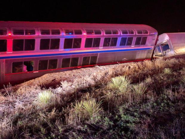 2016年3月14日早些时候在堪萨斯州道奇市西部出轨的五辆Amtrak列车中的两辆在乘客提供给CBS新闻的照片中看到