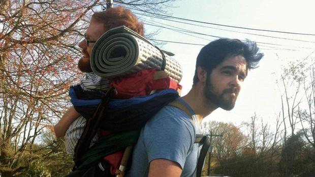 一位朋友背着凯文钱德勒。