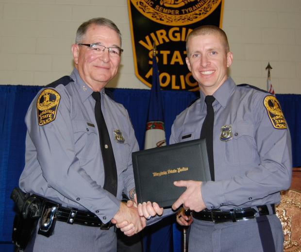 Trooper Dermyer在他的VSP学院毕业典礼上由弗吉尼亚州警察总监W. Steven Flaherty上校颁发了他的毕业证书。
