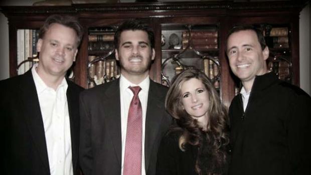 Ryan Poston,左起第二,和他的父母在一起