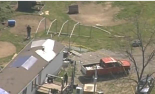 调查人员于2016年4月22日星期五在俄亥俄州皮克顿市的四个家中,其中一个家庭成员被枪杀。