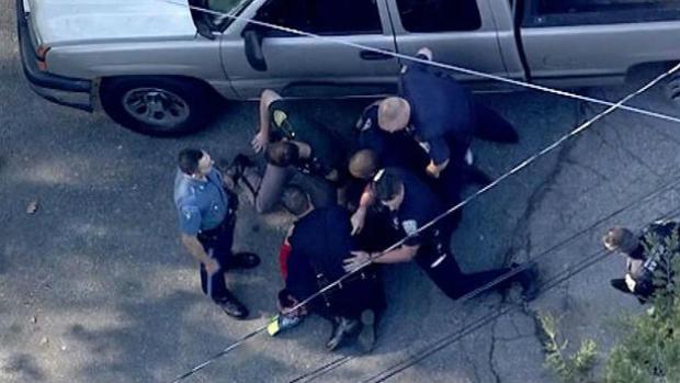 来自哥伦比亚广播公司波士顿的直升机视频拍摄的图像显示,警察在2016年5月11日从马萨诸塞州被追赶到新罕布什尔州后反复打击嫌犯。