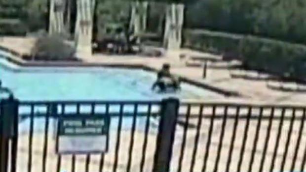 在2016年6月3日几乎溺水之后,一名蹒跚学步的孩子在佛罗里达州泰特斯维尔的一个社区游泳池中进行,这张图片来自提供给CBS Orlando附属公司WKMG-TV的监控视频。