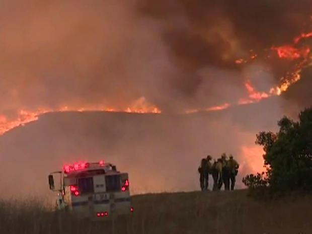 """2016年6月16日,距离加利福尼亚州圣巴巴拉西北20英里处的""""夏尔巴火""""的火焰可以看到。"""