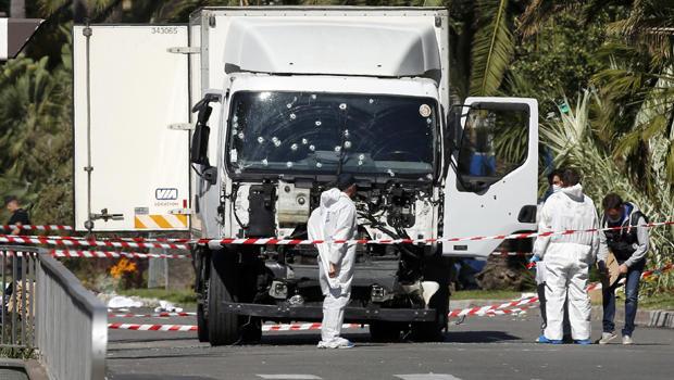 http://cbsnews3.cbsistatic.com/hub/i/r/2016/07/15/ca1b4b34-6d01-4564-bfd9-42a10674ab7a/thumbnail/620x350/1926c8dc2ecc762567fdeb91db0c7dbc/nice-truck-attack-2016-07-15t100819z.jpg