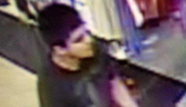 2016年9月23日,来自监控录像的图像显示枪手在华盛顿州伯灵顿的一个致命购物中心拍摄。