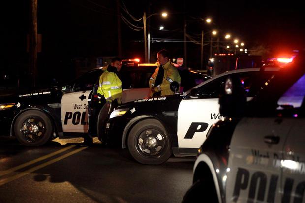 """2016年11月2日,爱荷华州得梅因市的两名警察在被称为""""伏击式""""的袭击事件中被枪杀,两名警察在爱荷华州厄班代尔警方实施封锁。"""