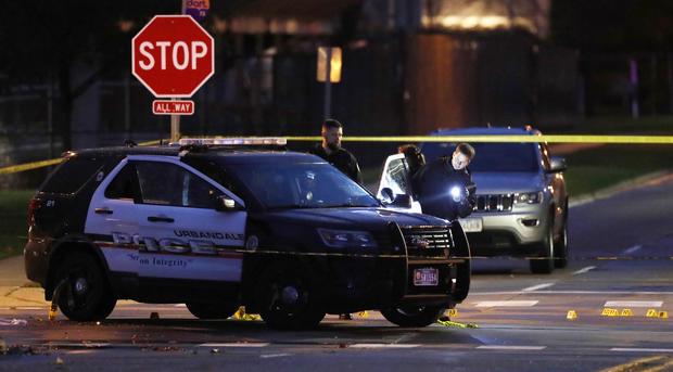 警方于2016年11月2日在爱荷华州Urbandale的一次枪击现场搜集证据。两名得梅因地区警察在他们坐在巡逻车中时遭到埋伏式袭击而被枪杀。