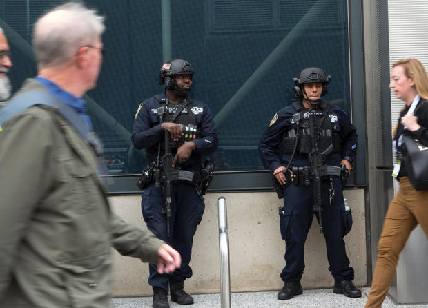 纽约市警察于2016年11月3日在纽约雅各布贾维茨会议中心前面巡逻。