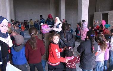 Syrian families flee barrage of airstrikes in Aleppo
