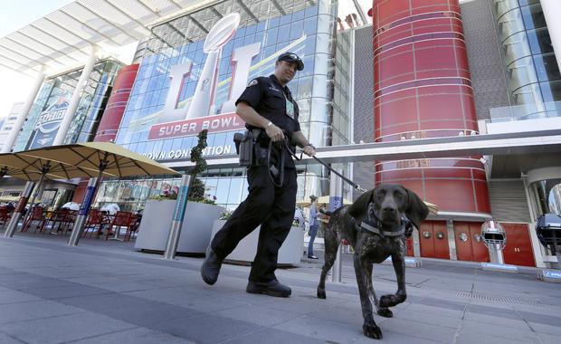 加利福尼亚州长滩警察局局长Keith McCart与乔治布朗会议中心外的K-9 Pidura巡逻,NFL超级碗51足球媒体中心和NFL体验网站,2017年1月31日,在休斯顿。