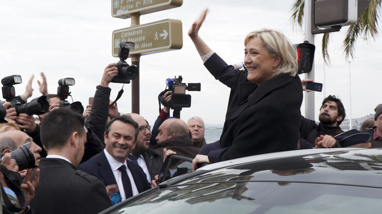 Hollande's 'last task' to prevent Le Pen 'threat'