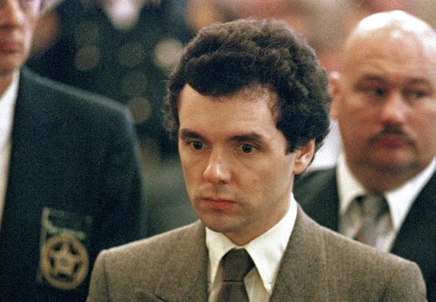 1987年9月在辛辛那提宣判时,连环杀手唐纳德哈维站在法官面前。