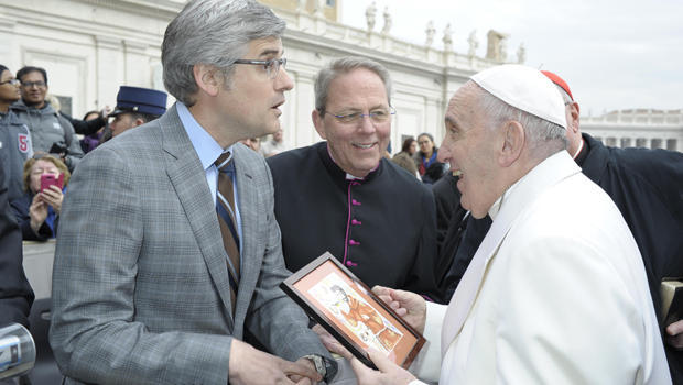 mo-rocca-presents-painting-to-pope-francis-620.jpg