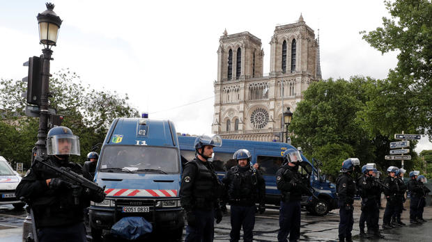 NewsAlert:Attacker uses hammer on officers near Notre Dame in Paris