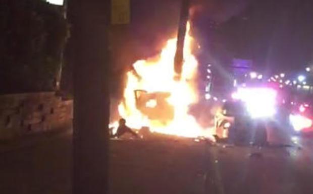 2017年6月4日晚些时候,在新泽西州泽西市的一次野蛮追捕之后,一名男子刚从两辆燃烧的车中推出了一辆从手机视频拍摄的屏幕截图,火焰来自他的上半身。