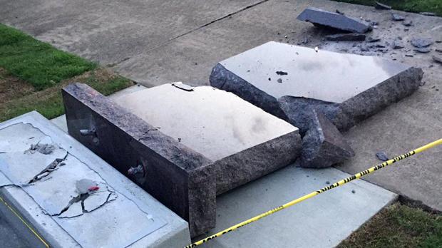 2017年6月28日,一辆汽车在阿肯色州小石城安装后不到24小时就在阿肯色州的国会大厦内摧毁了十诫纪念碑。