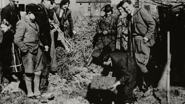 lodz-ghetto-excavating-henryk-ross-box-of-negatives-620.jpg