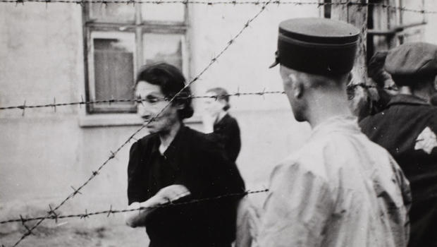 lodz-ghetto-henryk-ross-ghetto-police-with-woman-behind-barbed-wire-620.jpg