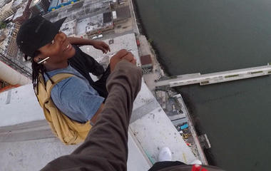 Daredevil photographer scales skyscrapers for thrills & bills
