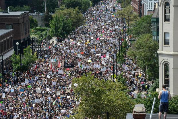 一大群人前往波士顿下议院抗议波士顿,马萨诸塞州的波士顿言论自由集会