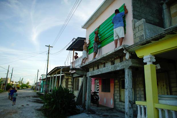 人们在飓风伊尔玛到达Caibarien之前保护房屋的窗户