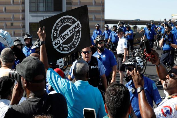 圣路易斯大都会警察局成员在Jason Stockley无罪释放后阻止抗议者进入64号州际公路,Jason Stockley是一名前圣路易斯警官,负责2011年在St的黑人安东尼·拉马尔·史密斯的致命枪击事件。
