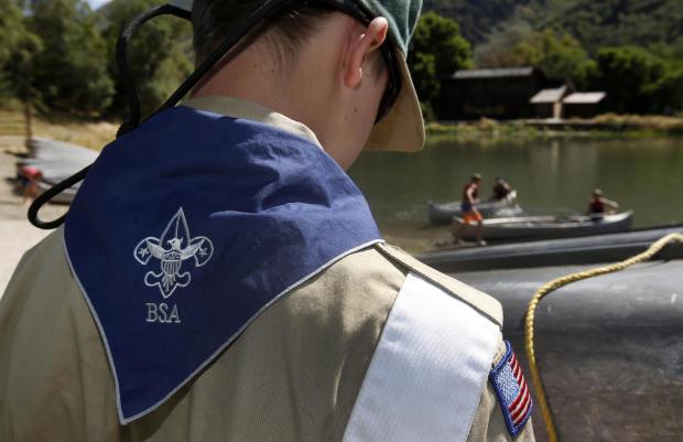 童子军在2015年7月31日在犹他州佩森郊外的枫树戴尔营地的独木舟上工作。