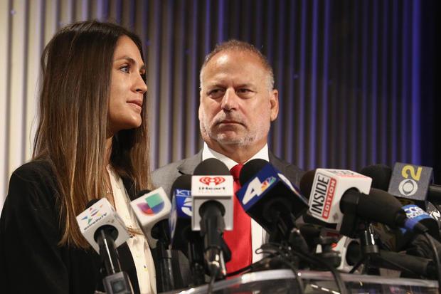 女演员Dominique Huett和她的律师Jeff Herman举行新闻发布会讨论她对Weinstein公司的诉讼