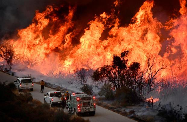 消防队员在加利福尼亚州欧亥附近的洛杉矶北部继续对抗大规模的野火时,以致命的方式攻击托马斯火的北翼。