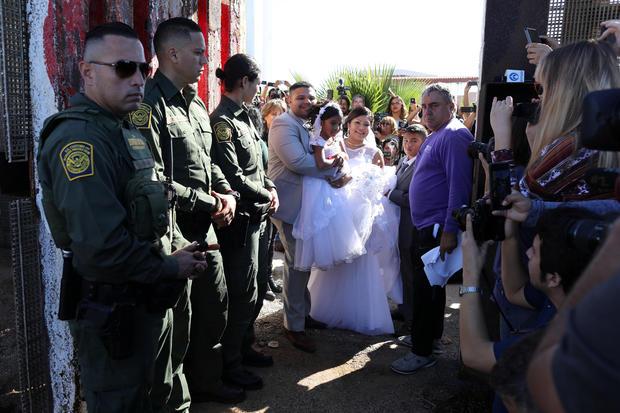 美国居民布赖恩休斯顿与Evelia Reyes结婚,因为美国边境巡逻队在边境墙上打开一扇门,允许选定的家庭在圣地亚哥的美墨边境访问
