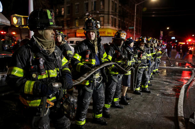 FDNY人员在纽约的公寓大火现场工作