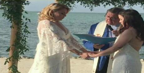 迈阿密老师Jocelyn Morffi和她的妻子在Beatriz Gaviria Lopez向哥伦比亚广播公司电视台播放的这张照片中看到了他们的婚礼。