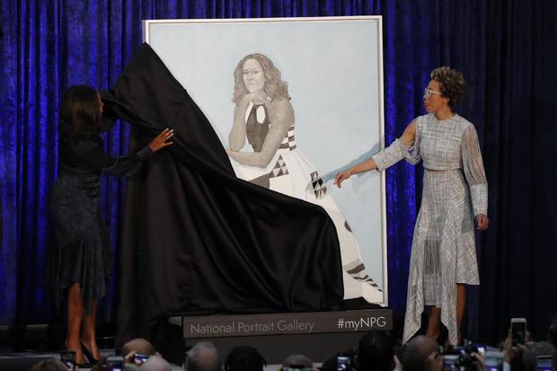 艺术家Sherald和前第一夫人米歇尔奥巴马参加在华盛顿史密森尼国家肖像画廊揭幕奥巴马夫人的肖像画